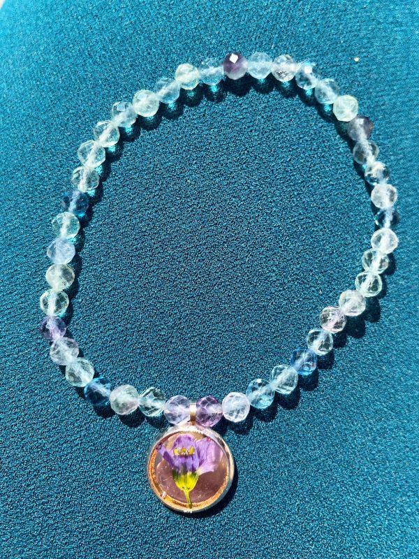 Set: 2x Edelsteinarmband Regenbogen-Fluorit mit Blütenanhäger und Ohrsteckern 4 SanjaNatur