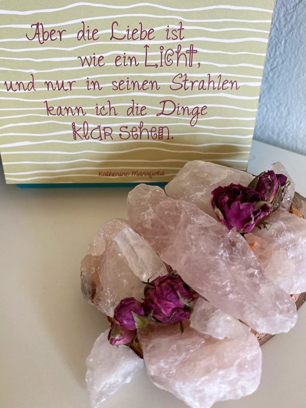 Tisch -Wand- Amulett Rose mit Rosenquarz 003 - Rosenquarz auf Holzscheibe mit echten Rosenblüten (Bio) 2 SanjaNatur