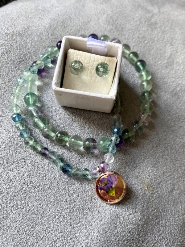 Set: 2x Edelsteinarmband Regenbogen-Fluorit mit Blütenanhäger und Ohrsteckern 1 SanjaNatur