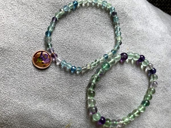 Set: 2x Edelsteinarmband Regenbogen-Fluorit mit Blütenanhäger und Ohrsteckern 3 SanjaNatur