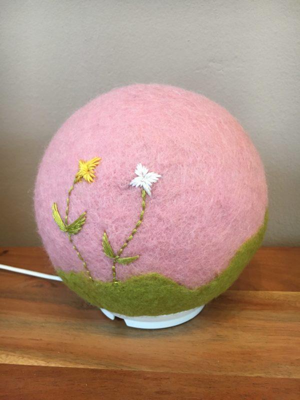 Filzlampe Ø17cm Blumendesign 013 - rosa grün mit gestickten Blümchen 3 SanjaNatur