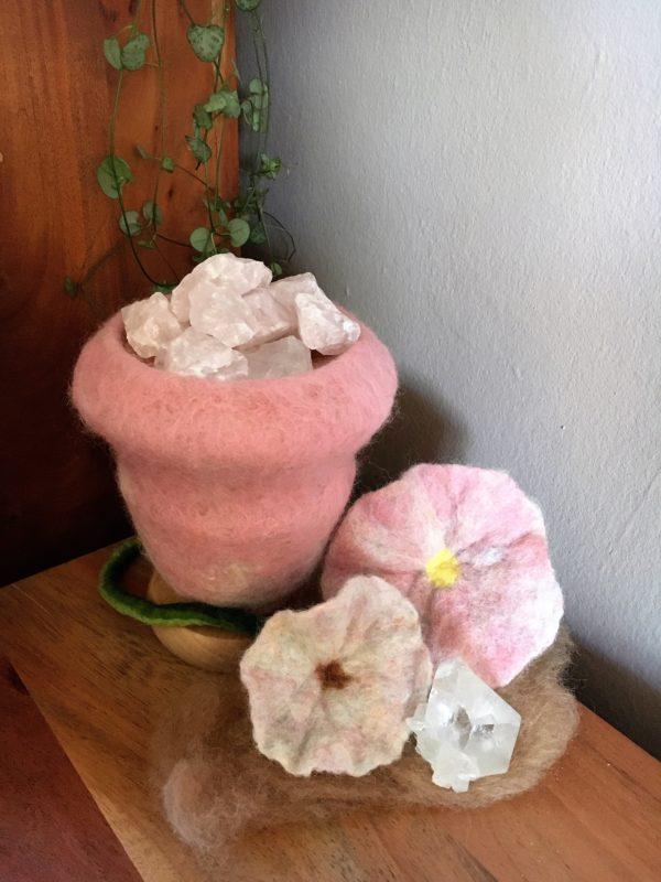 Edelstein Filzlampe 015 - rosa glanzfein weiß mit Bergkristall und Rosenquarz 2 SanjaNatur