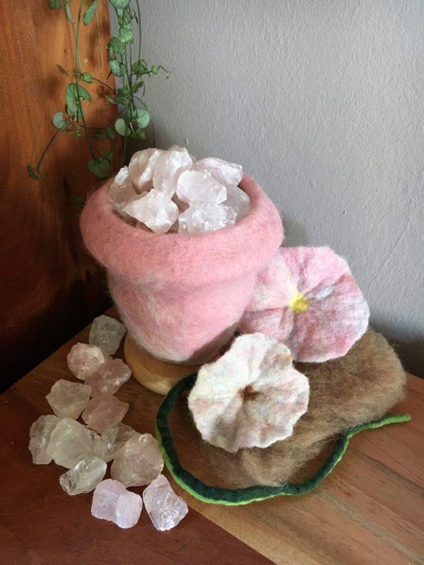 Edelstein Filzlampe 015 - rosa glanzfein weiß mit Bergkristall und Rosenquarz 3 SanjaNatur