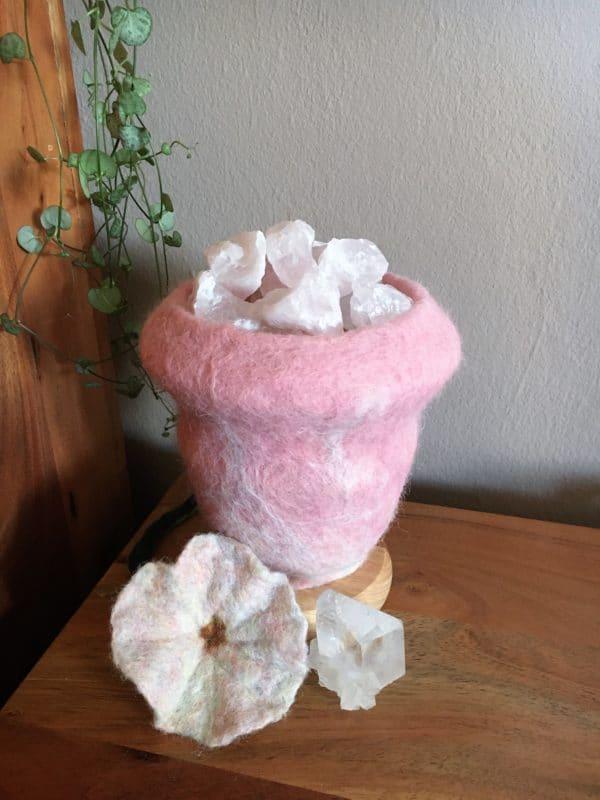 Edelstein Filzlampe 015 - rosa glanzfein weiß mit Bergkristall und Rosenquarz 5 SanjaNatur