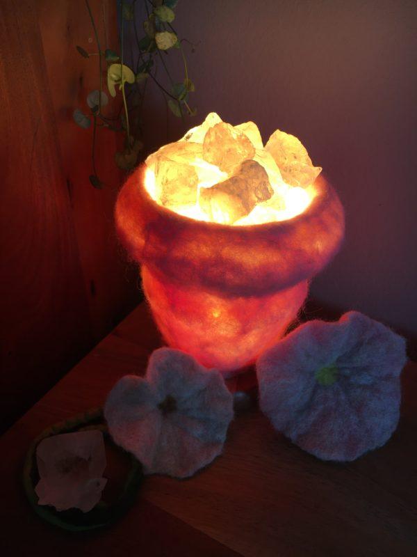 Edelstein Filzlampe 015 - rosa glanzfein weiß mit Bergkristall und Rosenquarz 11 SanjaNatur