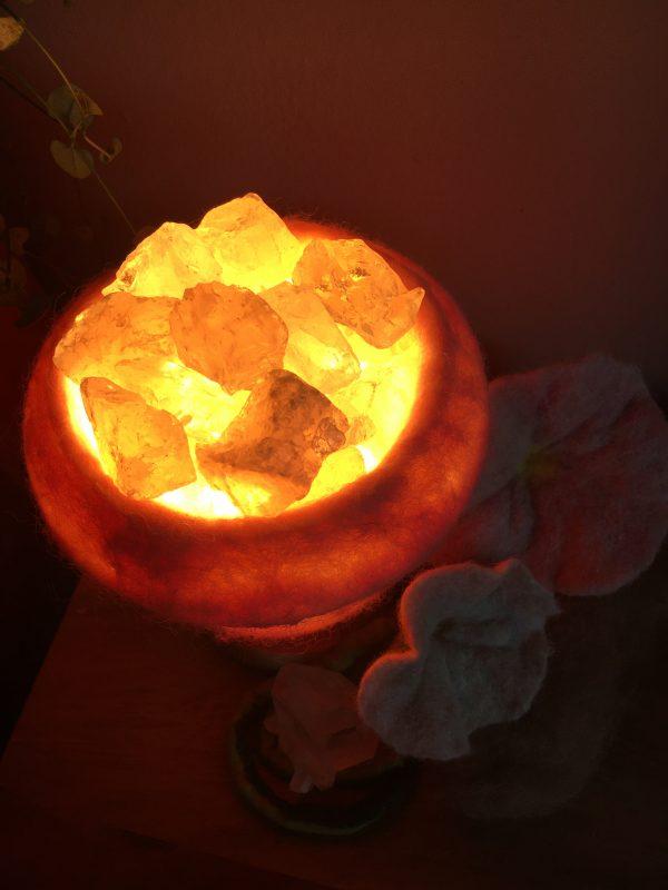 Edelstein Filzlampe 015 - rosa glanzfein weiß mit Bergkristall und Rosenquarz 9 SanjaNatur