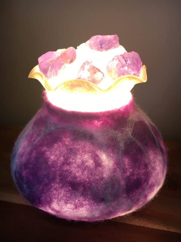Edelstein Filzlampe 019 - lila glanzfein weiß mit Bergkristall und Amethyst 4 SanjaNatur
