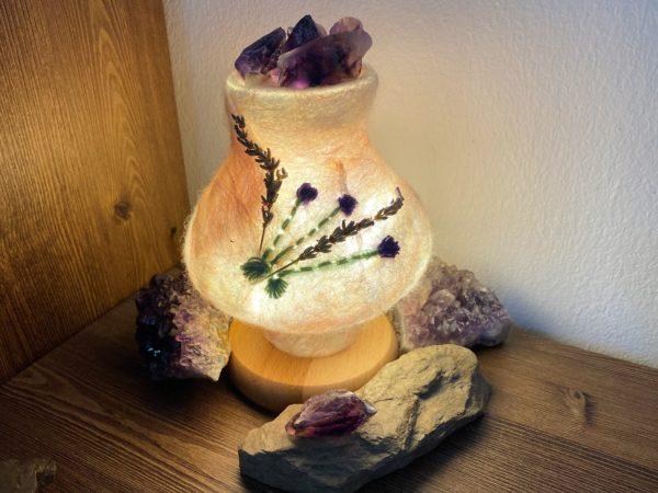 Edelstein Filzlampe 024 - Lavendel glanzfein weiß mit Amethyst und echtem Lavendel 2 SanjaNatur