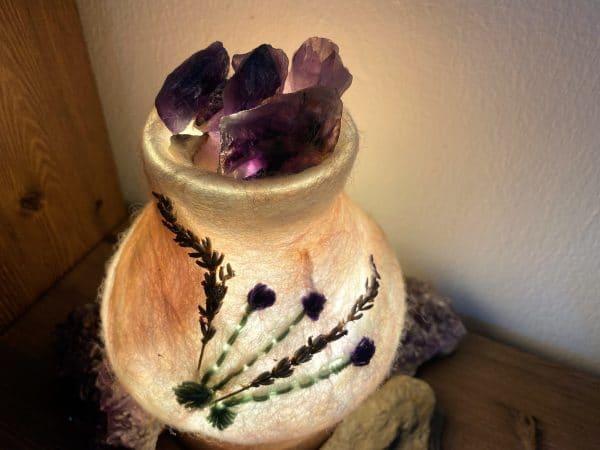 Edelstein Filzlampe 024 - Lavendel glanzfein weiß mit Amethyst und echtem Lavendel 1 SanjaNatur