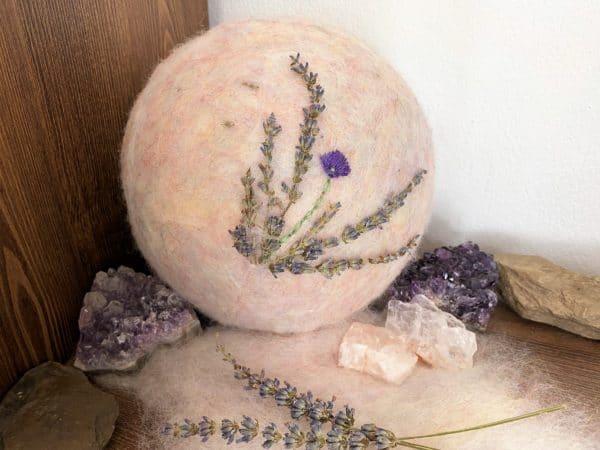 Filzlampe Ø17cm Blumendesign 026 - Lavendel glanzfein weiß bestickt und mit echtem Lavendel 6 SanjaNatur