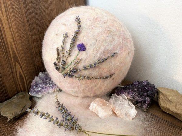 Filzlampe Ø17cm Blumendesign 026 - Lavendel glanzfein weiß bestickt und mit echtem Lavendel 7 SanjaNatur