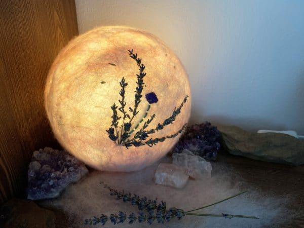 Filzlampe Ø17cm Blumendesign 026 - Lavendel glanzfein weiß bestickt und mit echtem Lavendel 3 SanjaNatur
