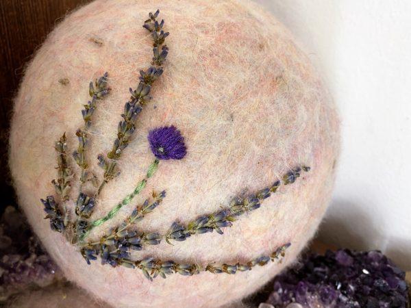 Filzlampe Ø17cm Blumendesign 026 - Lavendel glanzfein weiß bestickt und mit echtem Lavendel 5 SanjaNatur