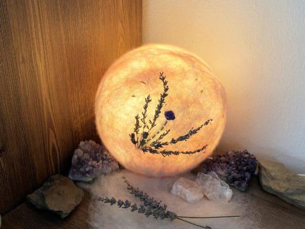 Filzlampe Ø17cm Blumendesign 026 - Lavendel glanzfein weiß bestickt und mit echtem Lavendel 4 SanjaNatur