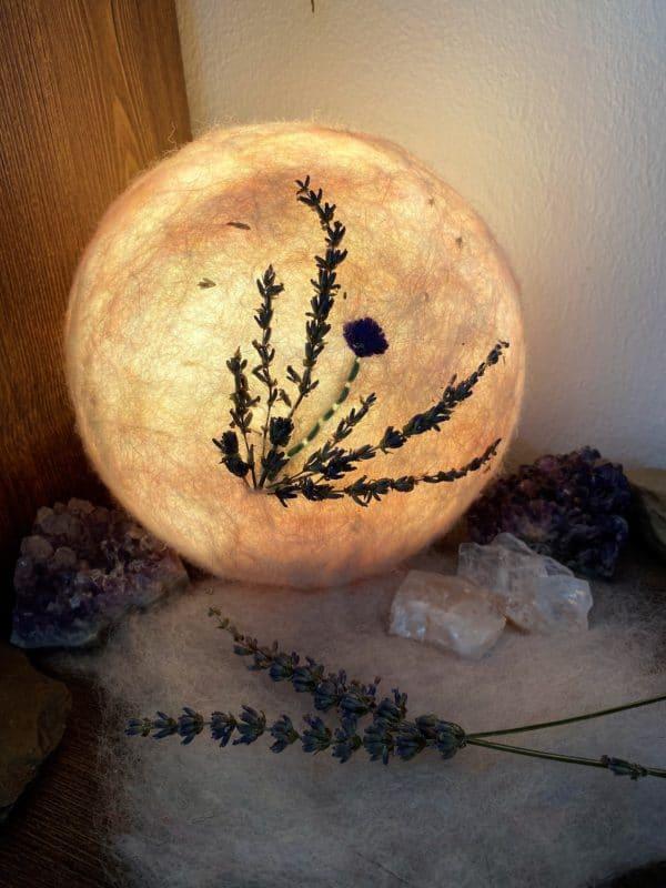 Filzlampe Ø17cm Blumendesign 026 - Lavendel glanzfein weiß bestickt und mit echtem Lavendel 2 SanjaNatur