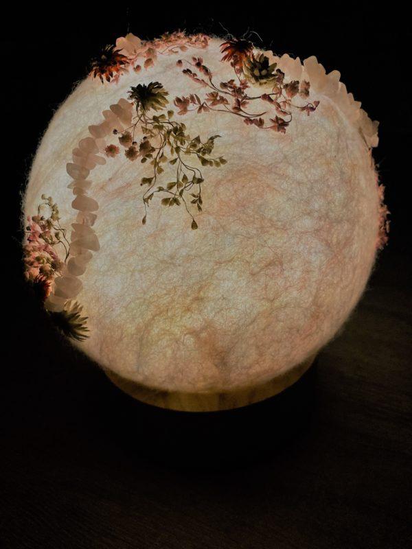 Filzlampe Ø17cm Blumendesign 027 - glanzfein weiß mit Rosenquarz und echten Blüten 7 SanjaNatur