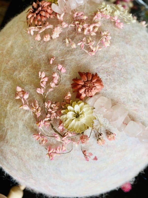Filzlampe Ø17cm Blumendesign 027 - glanzfein weiß mit Rosenquarz und echten Blüten 6 SanjaNatur