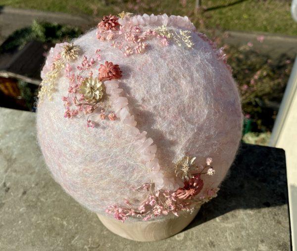 Filzlampe Ø17cm Blumendesign 027 - glanzfein weiß mit Rosenquarz und echten Blüten 4 SanjaNatur