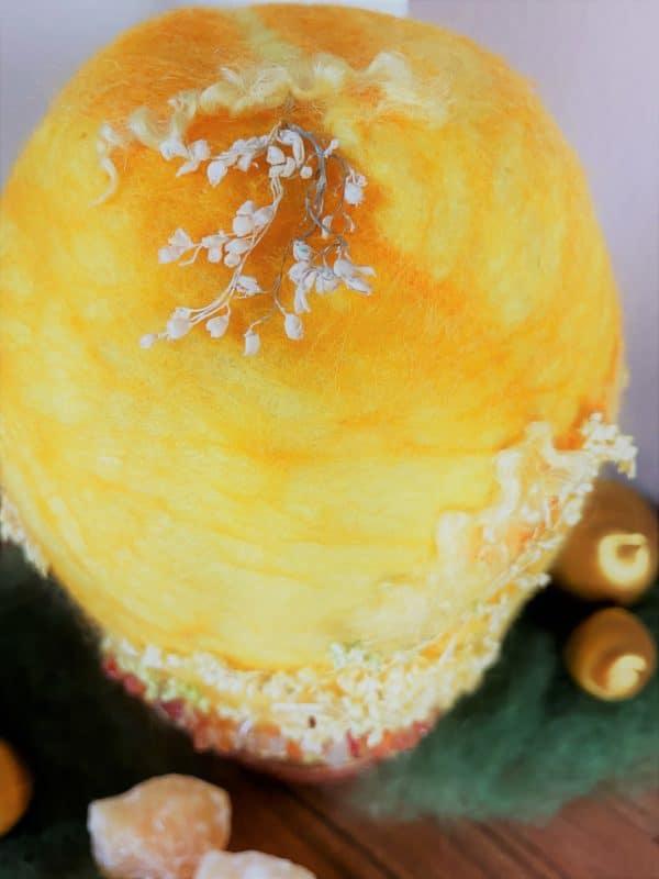 Filzlampe Ø12cm Blumendesign 028 - gelb-orange mit Carneol und echten Blüten 5 SanjaNatur
