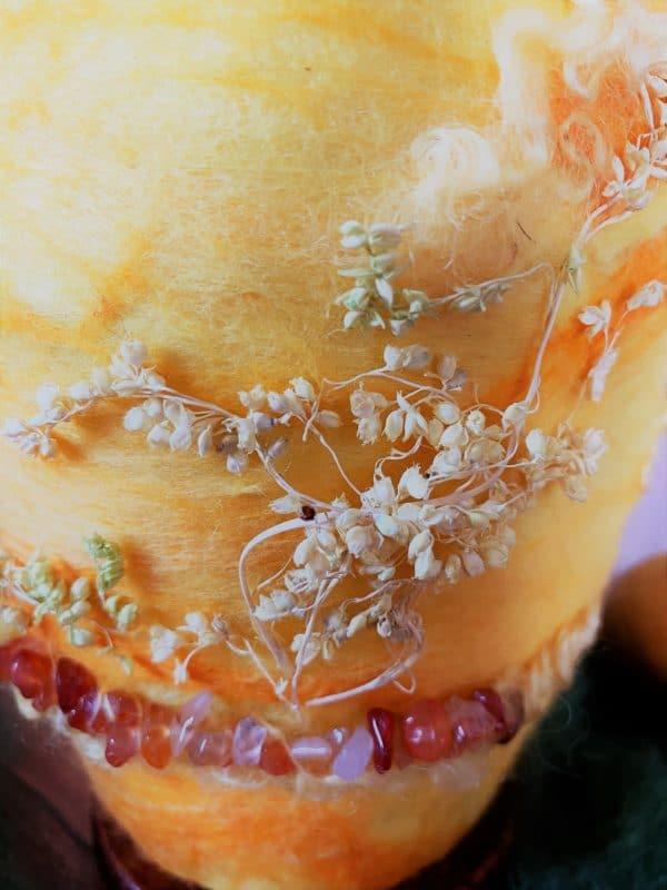 Filzlampe Ø12cm Blumendesign 028 - gelb-orange mit Carneol und echten Blüten 6 SanjaNatur