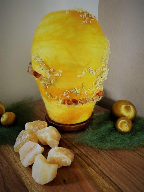 Filzlampe Ø12cm Blumendesign 028 - gelb-orange mit Carneol und echten Blüten 1 SanjaNatur