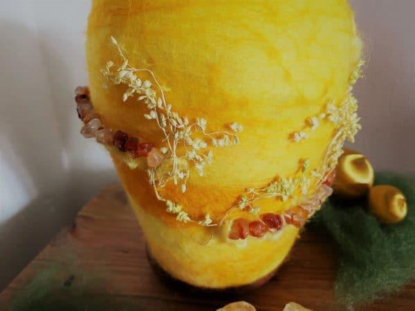Filzlampe Ø12cm Blumendesign 028 - gelb-orange mit Carneol und echten Blüten 2 SanjaNatur