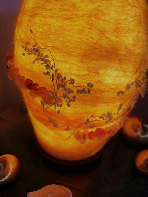 Filzlampe Ø12cm Blumendesign 028 - gelb-orange mit Carneol und echten Blüten 9 SanjaNatur