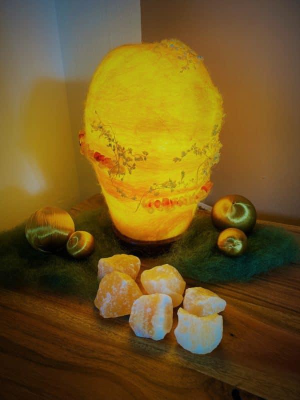 Filzlampe Ø12cm Blumendesign 028 - gelb-orange mit Carneol und echten Blüten 7 SanjaNatur