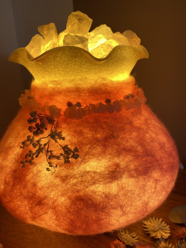 Edelstein Filzlampe 029 - rosa mit Bergkristall und Rosenquarz und echten Blüten 9 SanjaNatur