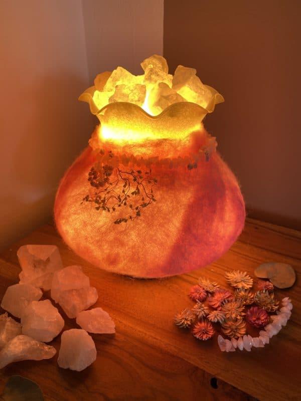 Edelstein Filzlampe 029 - rosa mit Bergkristall und Rosenquarz und echten Blüten 10 SanjaNatur