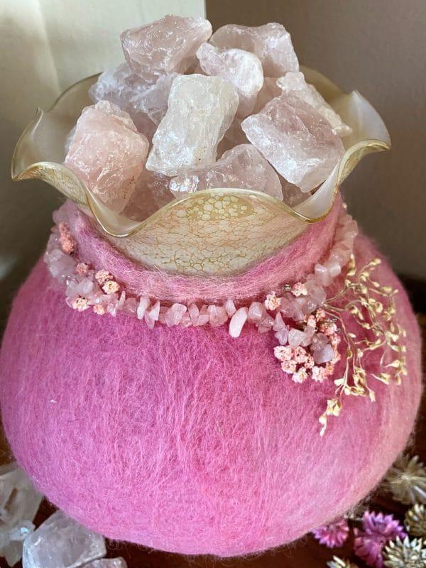 Edelstein Filzlampe 029 - rosa mit Bergkristall und Rosenquarz und echten Blüten 3 SanjaNatur