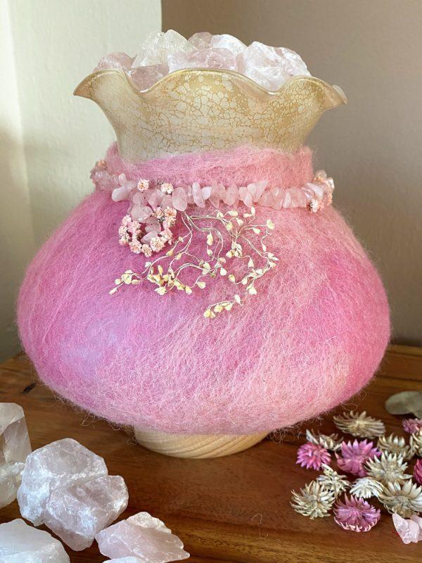 Edelstein Filzlampe 029 - rosa mit Bergkristall und Rosenquarz und echten Blüten 4 SanjaNatur