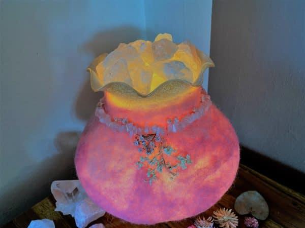 Edelstein Filzlampe 029 - rosa mit Bergkristall und Rosenquarz und echten Blüten 7 SanjaNatur
