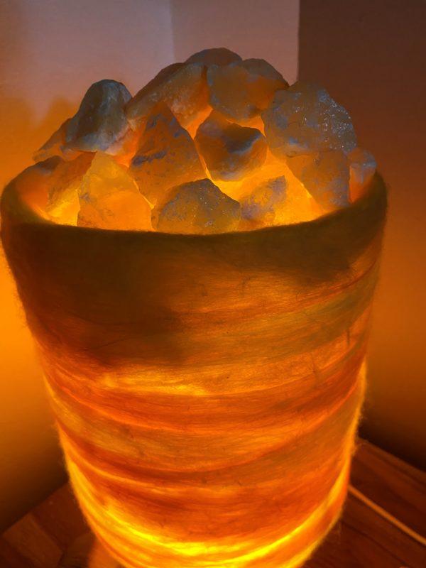 Filzlampe 031 gelb orange mit Salzkristall und Orangencalzit 4 SanjaNatur