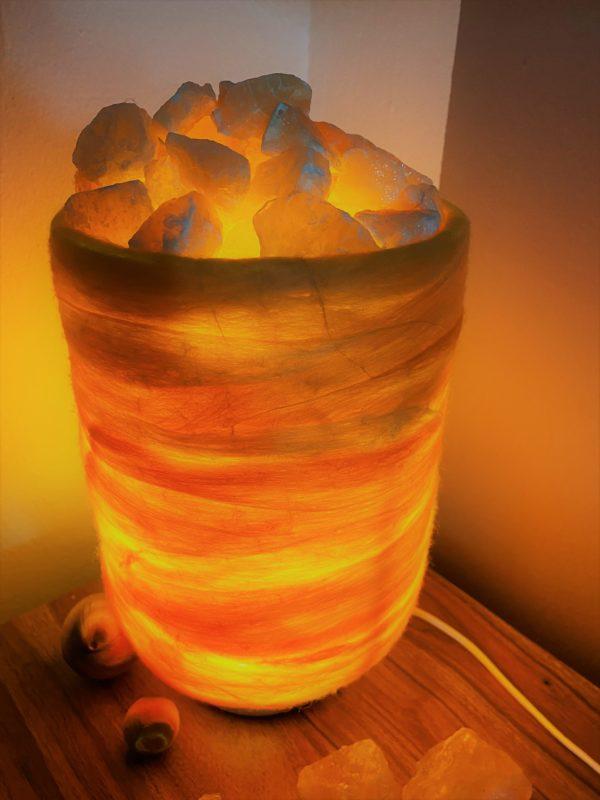 Filzlampe 031 gelb orange mit Salzkristall und Orangencalzit 3 SanjaNatur
