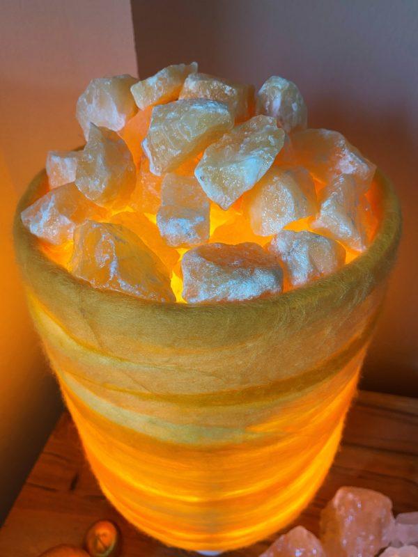 Filzlampe 031 gelb orange mit Salzkristall und Orangencalzit 1 SanjaNatur
