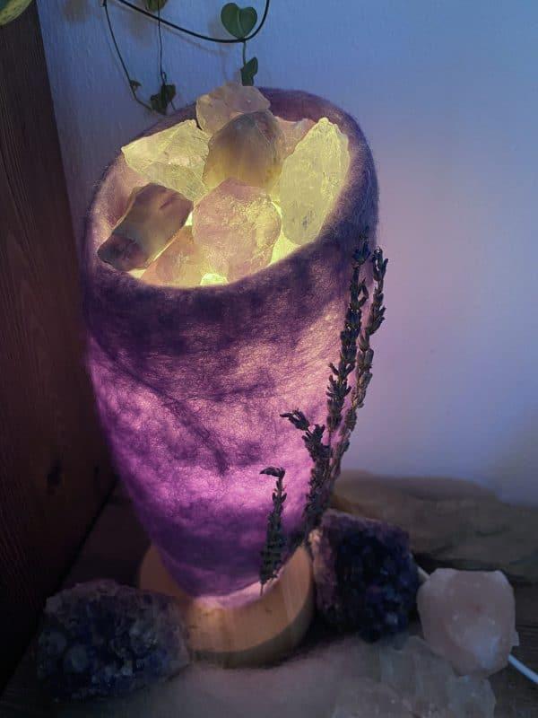Edelstein Filzlampe 032 - lavendel mit Bergkristall und Amethyst und echtem Lavendel 8 SanjaNatur