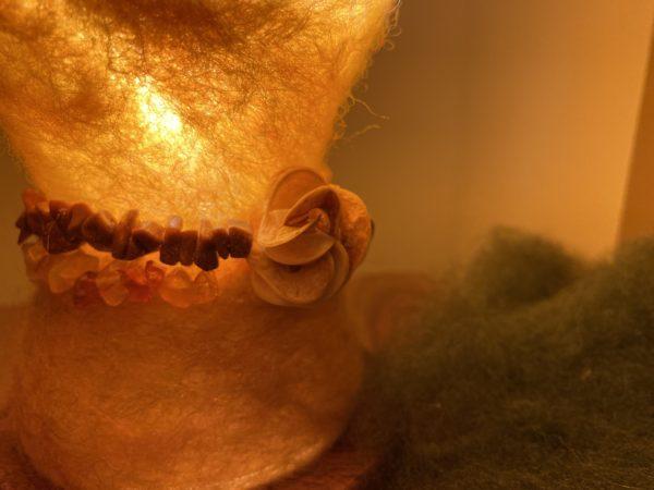 Edelstein Filzlampe Ø10cm 035 - gelb mit Carneol und Goldfluss 2 SanjaNatur