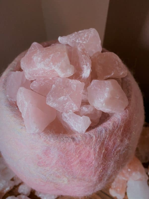 Edelstein Filzlampe 036 - rose glanzfein weiß mit Rosenquarz und Salzkristall 7 SanjaNatur