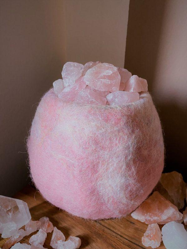 Edelstein Filzlampe 036 - rose glanzfein weiß mit Rosenquarz und Salzkristall 8 SanjaNatur