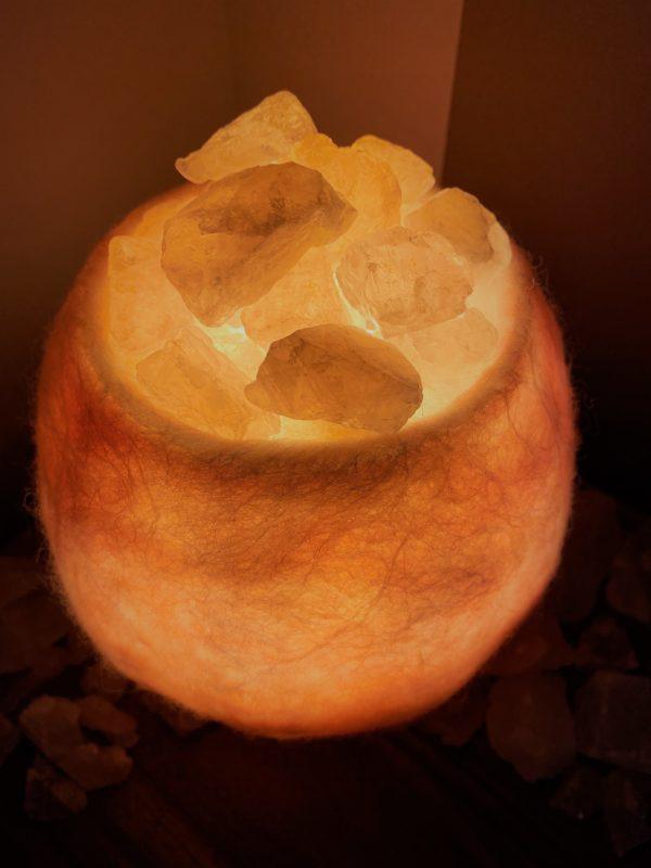 Edelstein Filzlampe 036 - rose glanzfein weiß mit Rosenquarz und Salzkristall 5 SanjaNatur