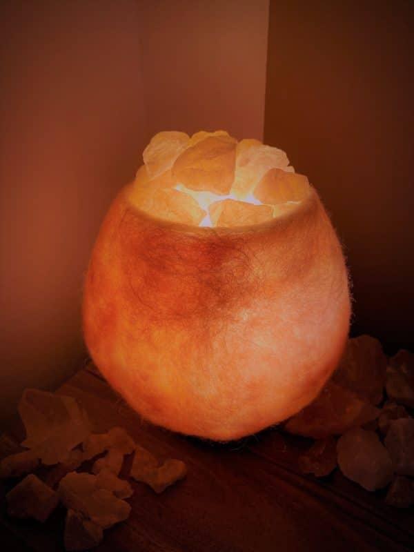 Edelstein Filzlampe 036 - rose glanzfein weiß mit Rosenquarz und Salzkristall 1 SanjaNatur