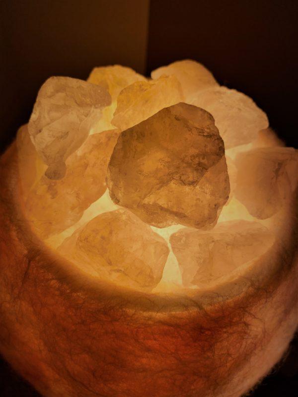 Edelstein Filzlampe 036 - rose glanzfein weiß mit Rosenquarz und Salzkristall 3 SanjaNatur