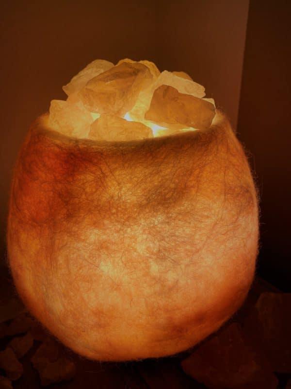 Edelstein Filzlampe 036 - rose glanzfein weiß mit Rosenquarz und Salzkristall 2 SanjaNatur