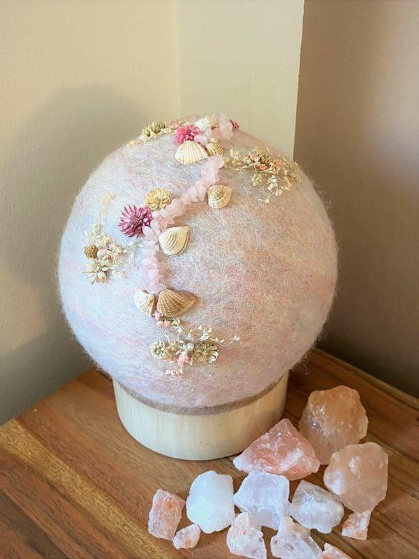 Filzlampe Ø17cm Blumendesign 039 - glanzfein weiß mit Rosenquarz, Perlen, Muscheln und echten Blüten 1 SanjaNatur
