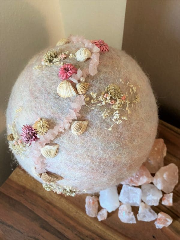 Filzlampe Ø17cm Blumendesign 039 - glanzfein weiß mit Rosenquarz, Perlen, Muscheln und echten Blüten 4 SanjaNatur