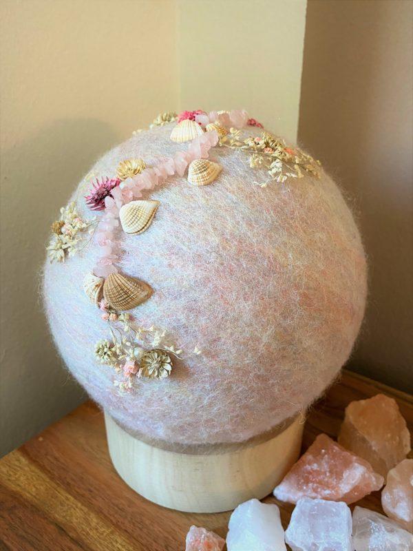 Filzlampe Ø17cm Blumendesign 039 - glanzfein weiß mit Rosenquarz, Perlen, Muscheln und echten Blüten 3 SanjaNatur