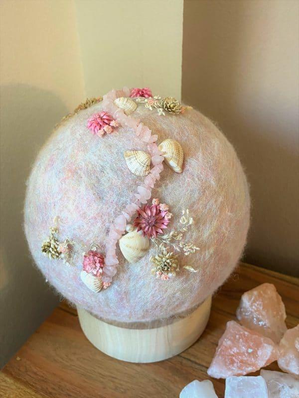 Filzlampe Ø17cm Blumendesign 039 - glanzfein weiß mit Rosenquarz, Perlen, Muscheln und echten Blüten 2 SanjaNatur