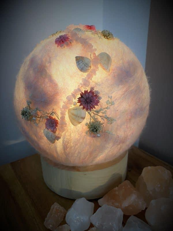 Filzlampe Ø17cm Blumendesign 039 - glanzfein weiß mit Rosenquarz, Perlen, Muscheln und echten Blüten 8 SanjaNatur