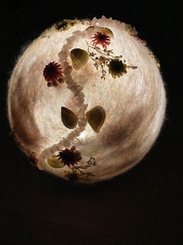 Filzlampe Ø17cm Blumendesign 039 - glanzfein weiß mit Rosenquarz, Perlen, Muscheln und echten Blüten 11 SanjaNatur